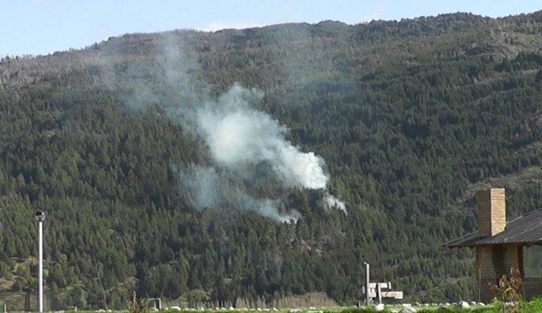 Brigadistas combaten incendio en el cerro Currumahuida