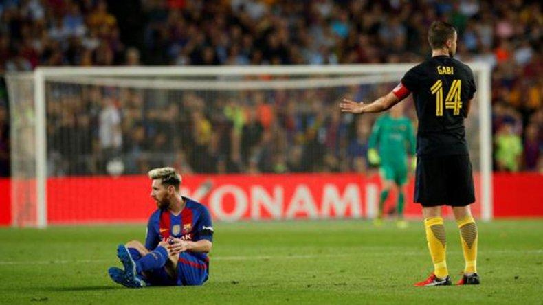 Lionel Messi en el momento que tuvo que dejar de jugar por el dolor