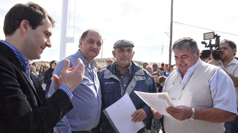 Linares ayer en Caleta Córdova. Sobre la plata que debió haber recibido el barrio costero por el derrame dijo que las obras no se hicieron y con el cambio de gobierno no sabemos qué pasó.