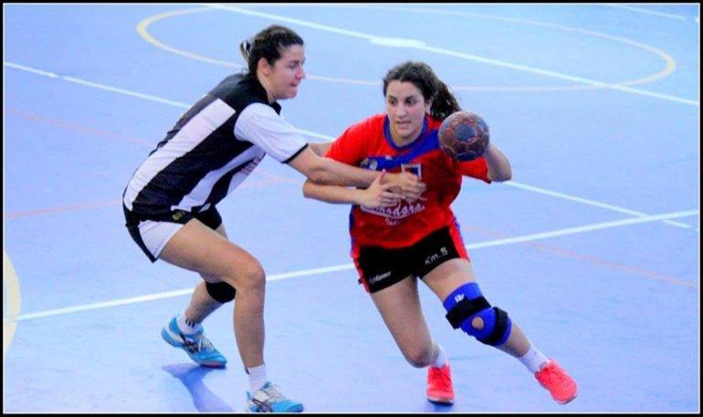 Una acción de juego entre los equipos femeninos de Nueva Generación y Municipal Km 5.