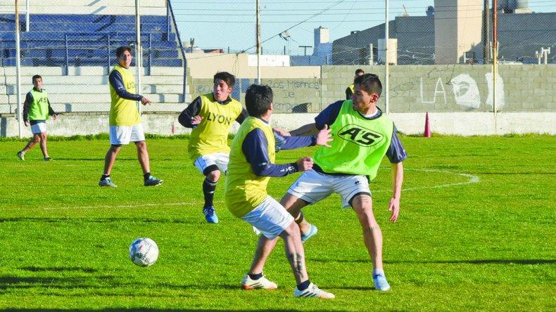Jorge Newbery entrenó ayer por la tarde en su campo de juego.