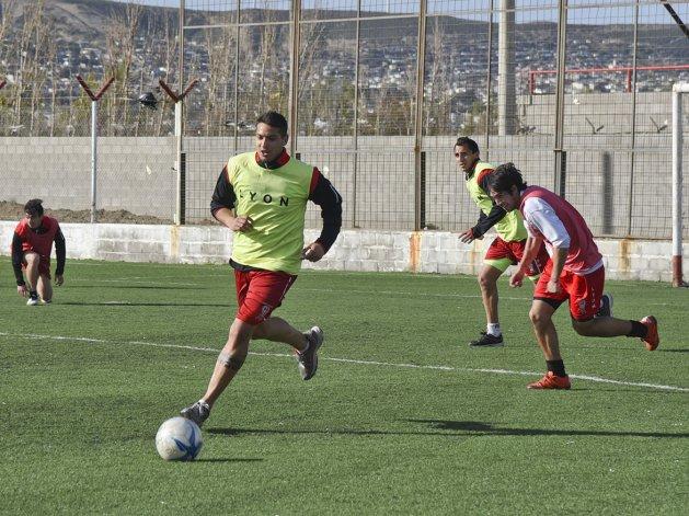 Huracán entrenó ayer en el sintético y hoy lo hará en el estadio César Muñoz.