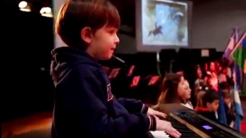 Con 7 años tocó el himno en un acto y emocionó a todos