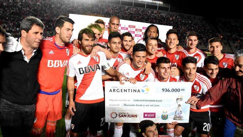 El plantel de River con el cheque de 936 mil pesos que ganó la noche del jueves al sortear una nueva instancia de la Copa Argentina.