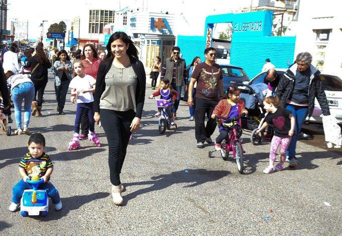 El Jardín Maternal e Infantil Canté Pri! finalizó la semana de la primavera con una actividad que incluyó juegos sobre la calle San Martín.