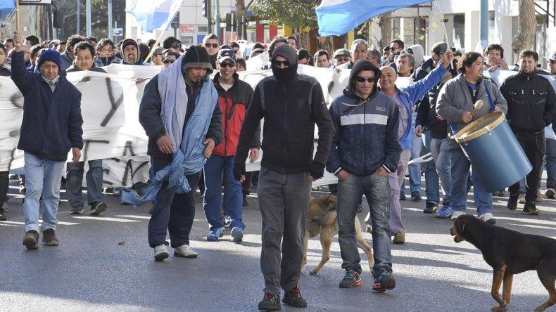 Los manifestantes plantearon su reclamo por las calles del centro para cobrar los salarios adeudados y que Guilford siga funcionando.