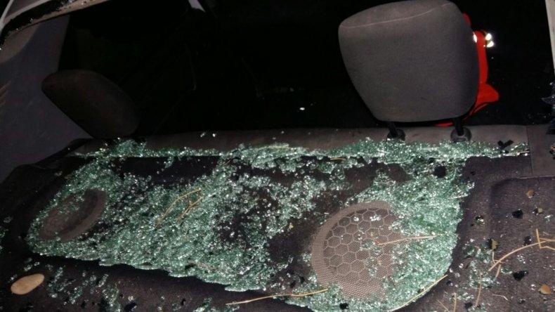 Lo atraparon rompiendo con un palo la luneta de un auto