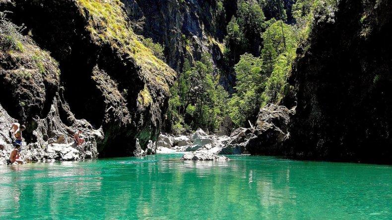 El verde de la vegetación típica cordillerana contrastan con las cristalinas aguas de los saltos.