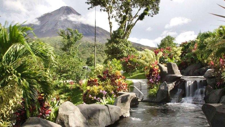 Tomar un baño en las aguas termales al pie del volcán es una de las experiencias más gratificantes que ofrece la zona.