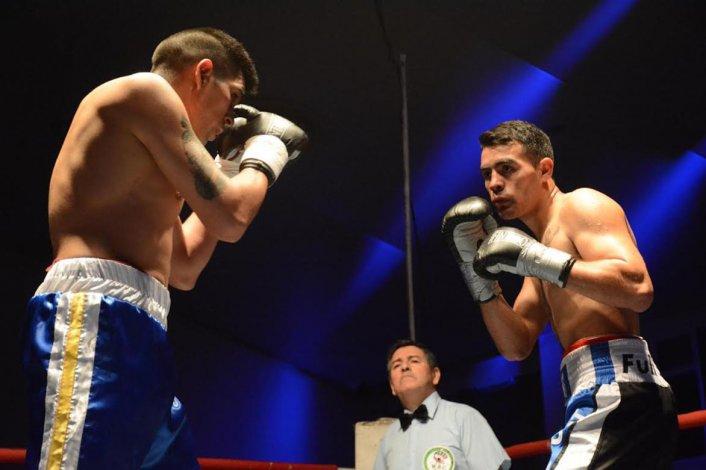 Escena del combate que protagonizaron en el gimnasio municipal Martín Ríos y el comodorense Nicolás López.