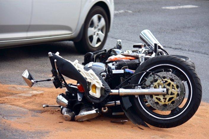 Un matrimonio que viajaba en moto resultó herido tras un choque
