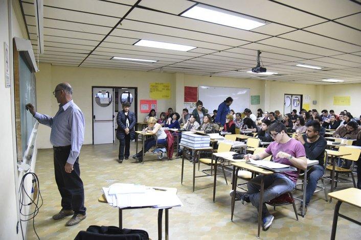 El docente de Matemáticas Osvaldo Bernaldi durante una de las clases del Plan FInes en la Ciudad Universitaria.
