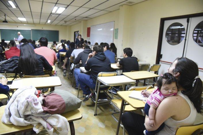 Cientos de adultos quieren cerrar un ciclo y terminar  el secundario con el Plan Fines