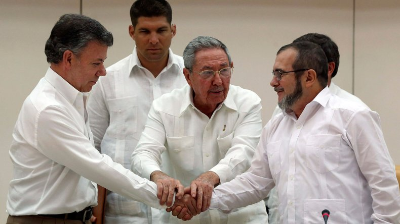 Juan Manuel Santos y Rodrigo Londoño junto al líder cubano Raúl Castro cuando se alcanzó el acuerdo en La Habana.