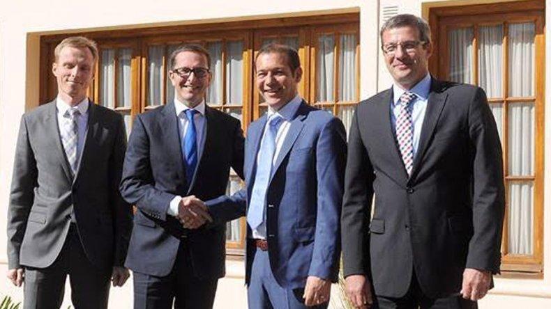 El gobernador neuquino Omar Gutiérrez junto al presidente de la compañía