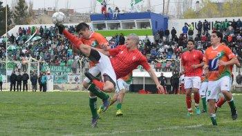 Yair Solaga despeja el balón en el partido que Estrella Norte y Huracán empataron 1-1 ayer en Caleta Olivia.