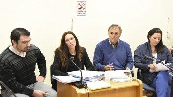 Los imputados Nadia Kesen y Sergio Solís junto a sus abogados defensores.