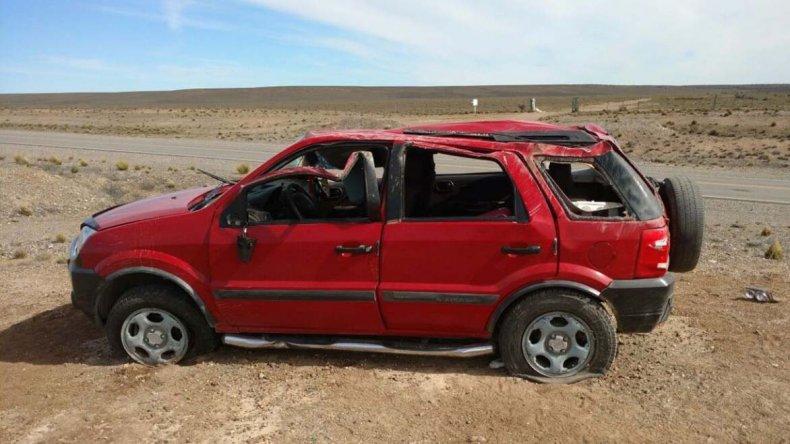 La Ford EcoSport dio varios tumbos y terminó en posición normal. Sus ocupantes salieron despedidos y perdieron la vida.