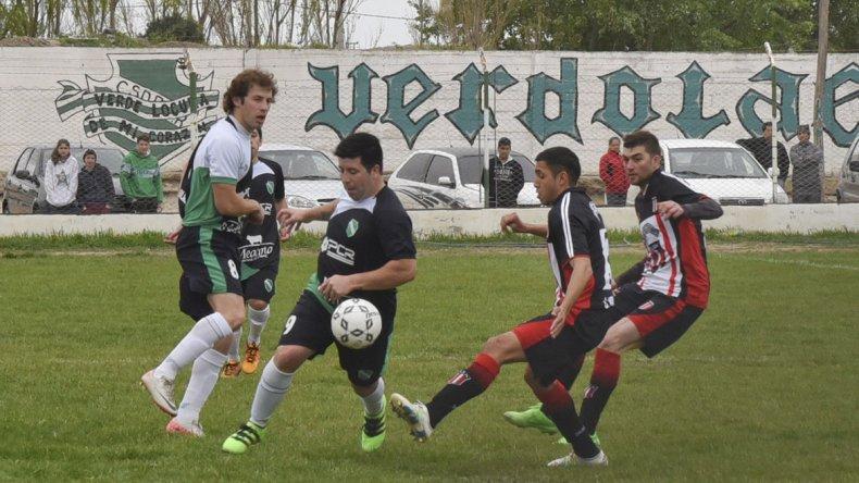 Maximiliano Vivas intenta desbordar la marca de Lucas García.