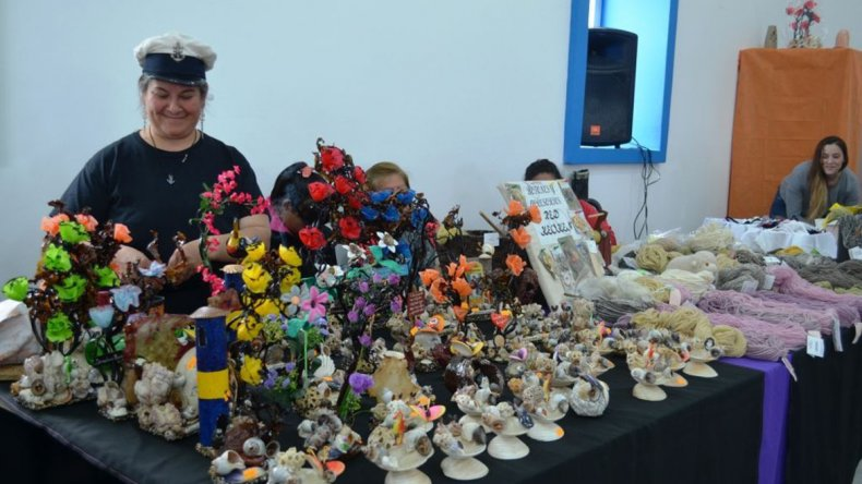 Los stands ofrecían una diversidad de productos artesanales.