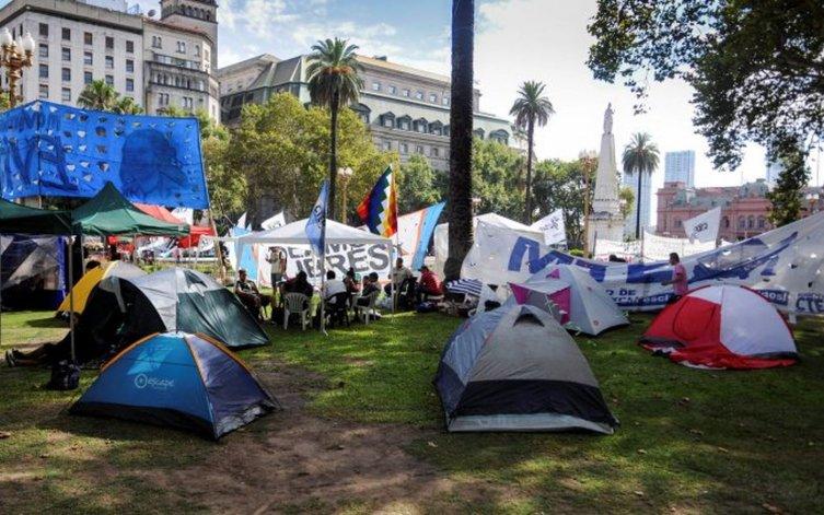 Masivo acampe en Plaza de Mayo contra el tarifazo y el ajuste