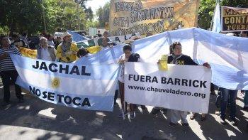 Manifestantes de Jáchal llegan caminando a la gobernación con un petitorio contra la minería.