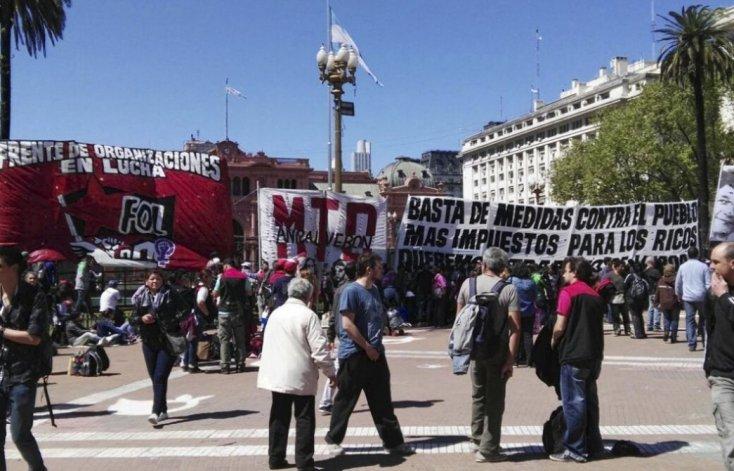 Organizaciones sociales acampan en Plaza de Mayo.