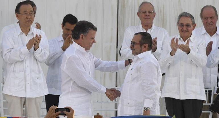 El apretón de manos de Santos y Londoño sella el fin de un conflicto de cinco décadas.