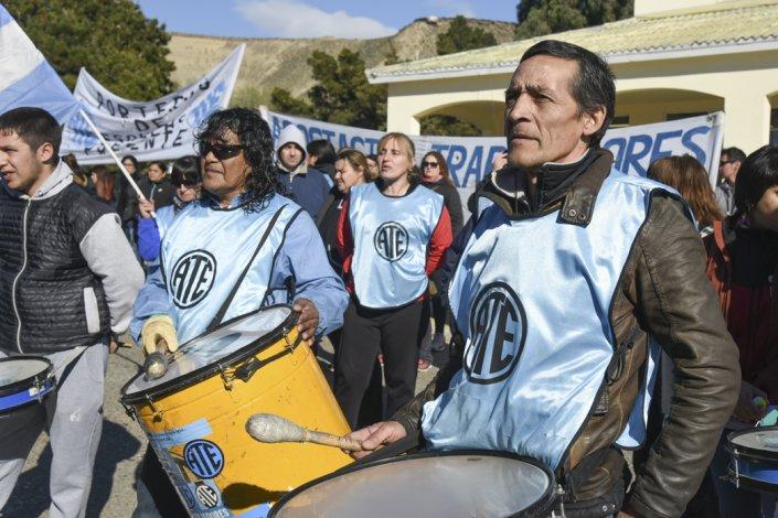 Afiliados de ATE salen a la calle para manifestar que a la hora de reclamar contra las injusticias del gobierno neoliberal de Macri hay unidad en el país.