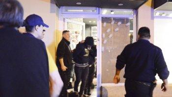 Los delincuentes fueron sorprendidos en el interior del local y luego trasladados a la comisaría.
