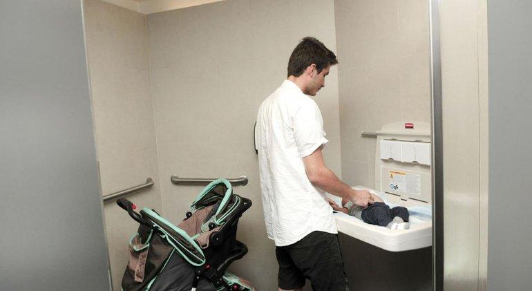 Impulsan la instalación de cambiadores para bebés en los baños de los hombres