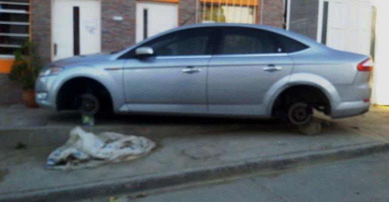 Se llevaron las cuatro ruedas de un auto