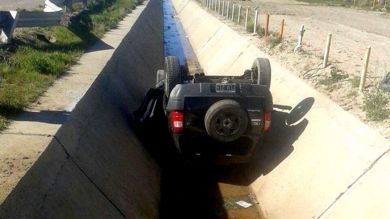 Perdió el control de su vehículo y cayó a un canal evacuador