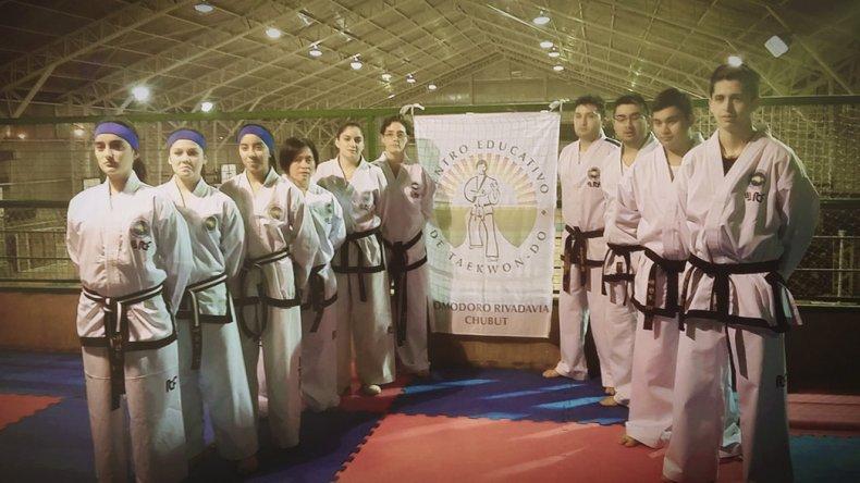 El grupo de danes y cinturones negros del Centro Educativo de Taekwondo Comodoro Rivadavia.