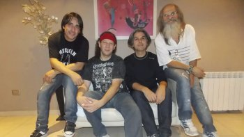 La banda comodorense De Santo Nada presentará su nuevo disco Nadando en el Desierto. Será el 12 de noviembre en el auditorio del Centro Cultural.