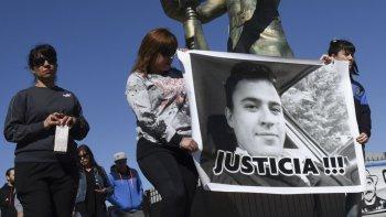 Sandra Gerez –izquierda–, hermana de Gustavo, encabezó la marcha de silencio en pedido de justicia.