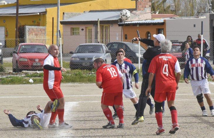 Javier Almirón con la 18 en la espalda