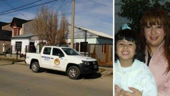 A la izquierda la casa de la vidente, a la derecha Sofía Herrera en los brazos de su madre.