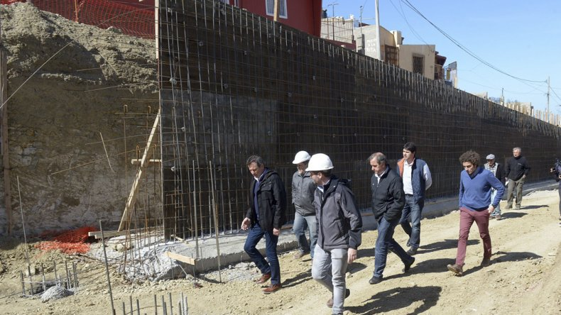 El intendente Carlos Linares encabezó el recorrido por la obra.