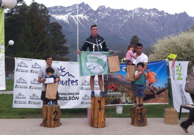 Cristian Morales –izq– David Veuthey –centro– y Jonathan González. El podio final de los 42K de Epu Mawida donde Comodoro se quedó con los dos primeros puestos.