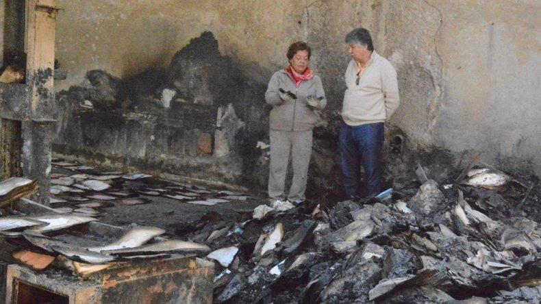 Ayer se inició la penosa tarea de rescatar los pocos documentos que quedaron parcialmente destruidos por el incendio que arrasó el Archivo Municipal.