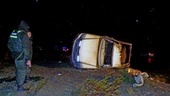 una mujer murio aplastada por una camioneta tras un vuelco
