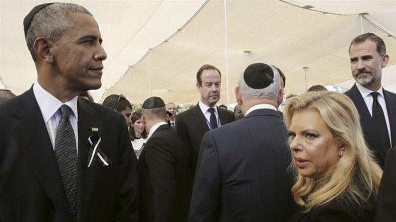 Barack Obama en primer plano. Detrás