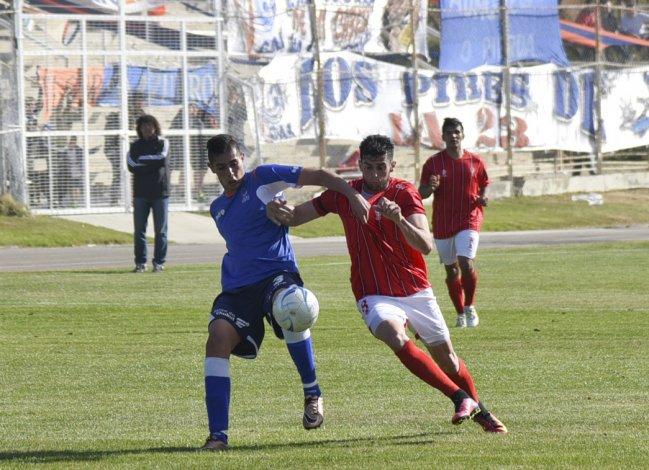 Sebastián Leguiza y Sebastián Bonfili disputan por la pelota en kilómetro 3.