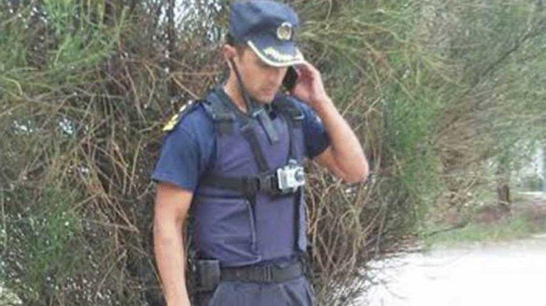 El comisario Gómez sale a patrullar las calles de Trelew con una cámara de video en su chaleco para evitar denuncias por abuso policial.