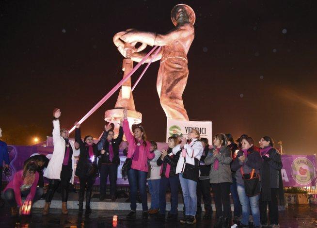 En Caleta Olivia las actividades alusivas al mes de prevención y lucha contra el cáncer de mama se inició con una vigilia al pie del Gorosito.