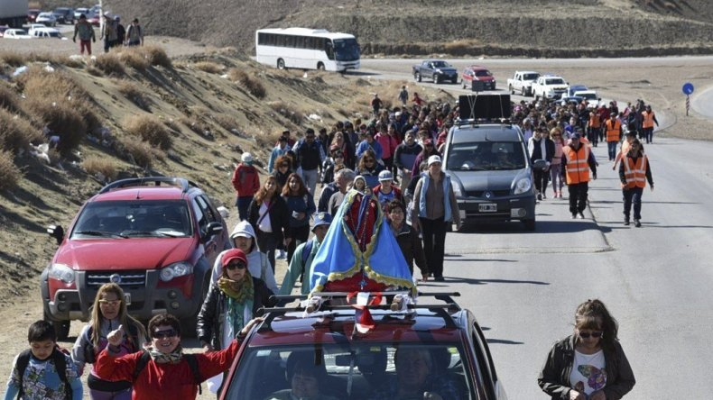 Cientos de devotos participaron ayer de la tradicional peregrinación en homenaje a la Virgen del Rosario. El trayecto se hizo por la Ruta 12.