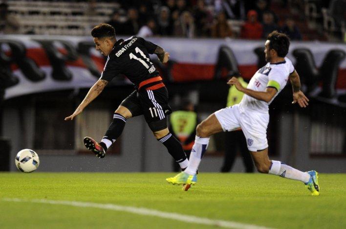 Sebastián Driussi le gana a Fabián Cubero y convierte el tercer gol de River anoche en el Monumental.