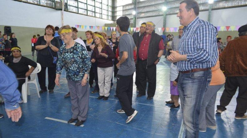 Marcelo Rey al participar de las actividades con los adultos mayores.