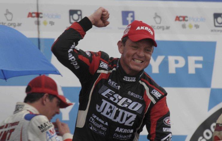 Guillermo Ortelli festeja su victoria número 32 en el Turismo Carretera.
